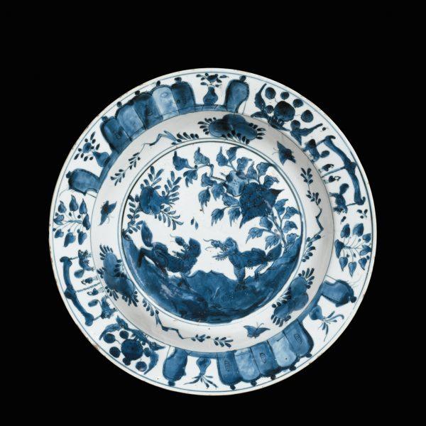 'Kraak' Porcelain Platter With Qilin Design青花麒麟紋大瓷盤