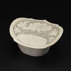 Incised Slip-Decorated Ruyi-Shaped Pillow磁州窯白地雕花紋如意形瓷枕